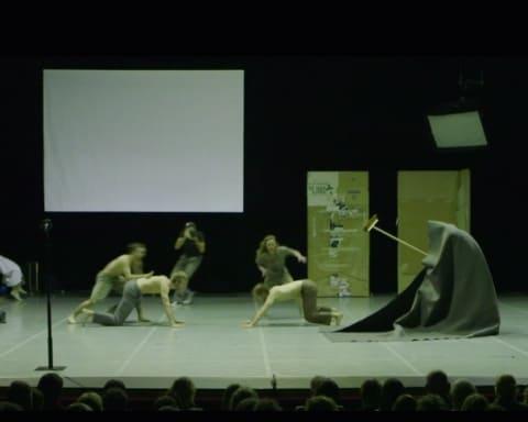 Il campo di battaglia del palco booty Looting regia di Wim Vandekeybus, Ultima Vez Teatro alle Tese, Venezia 2012 Still da video