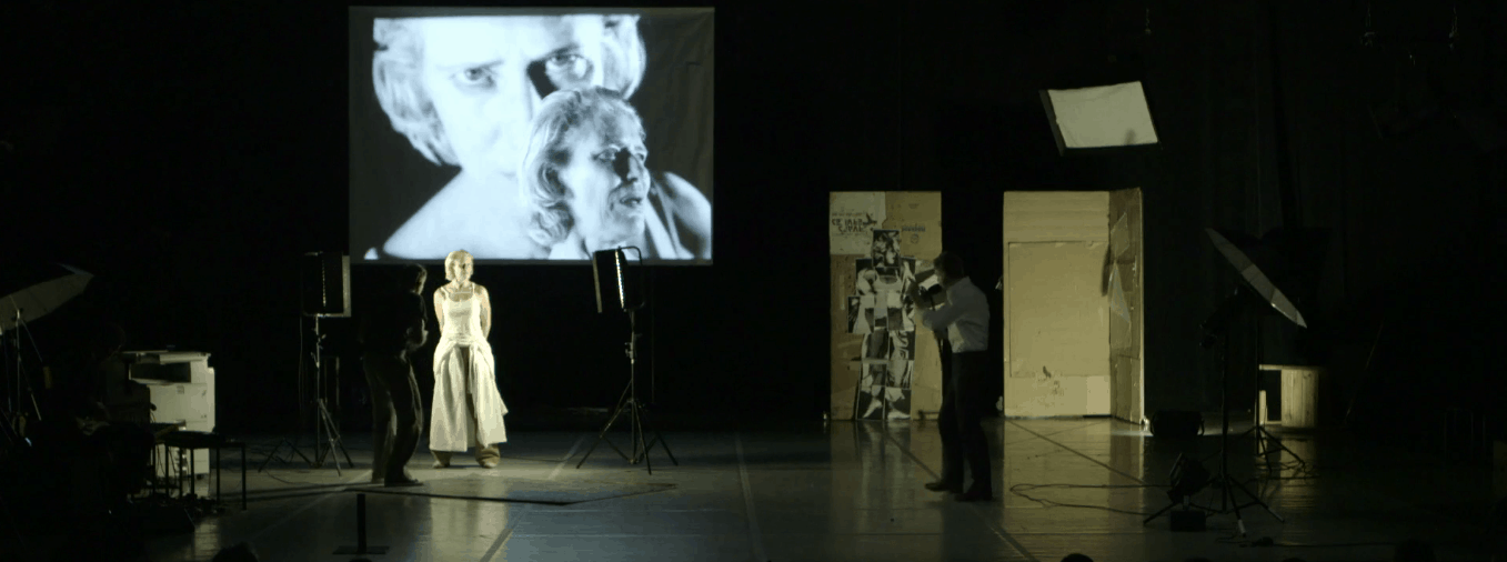 Danny Willems ritrae Birgit Walter sovrapponendo gli scatti in tempo reale, booty Looting regia di Wim Vandekeybus, Ultima Vez Teatro alle Tese, Venezia 2012 Still da video