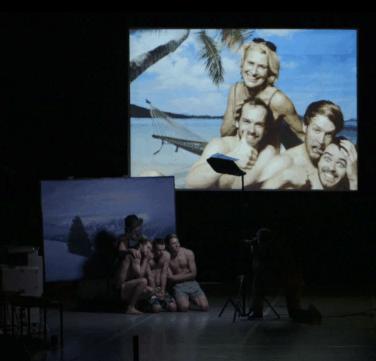 Danny Willems scatta la foto-souvenir booty Looting regia di Wim Vandekeybus, Ultima Vez Teatro alle Tese, Venezia 2012 Still da video