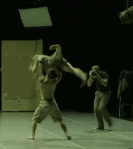 "Danny Willems ""performa"" insieme ai danzatori sul palco booty Looting regia di Wim Vandekeybus, Ultima Vez Teatro alle Tese, Venezia 2012 Still da video"