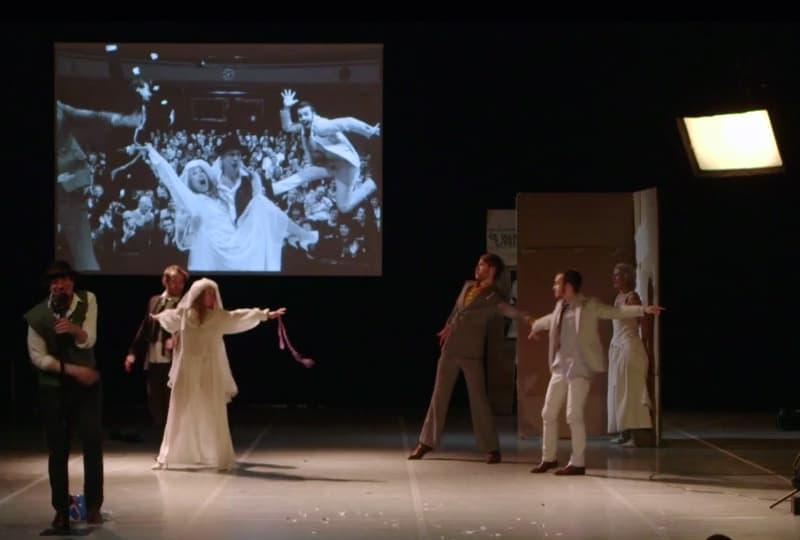 Il pubblico inserito nella fotografia proiettata in real time sullo schermo booty Looting regia di Wim Vandekeybus, Ultima Vez Teatro alle Tese, Venezia 2012 Still da video