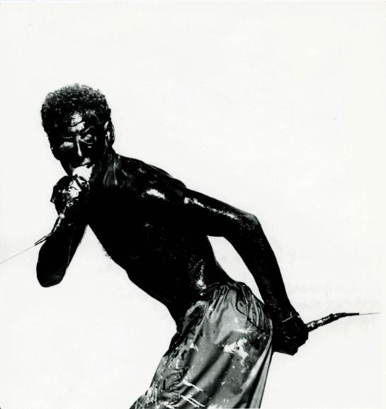 Wim Vandekeybus in Lichaampje, lichaampje aan de wand, regia di Jan Fabre Kaaitheater, Bruxelles 1997. Pubblicata su www.troubleyn.be