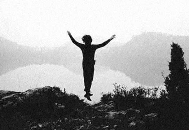 <em>Still</em> dal video <em>Tentativo di volo</em>, Gino De Dominicis, b/n, sonoro, 1970. L'opera è stata prodotta da Gerry Schum in pellicola e poi trasferita su nastro magnetico ai fini della trasmissione durante la mostra <em>Gennaio '70</em> e all'interno della serie <em>Identifications</em> andata in onda il 30 novembre 1970 grazie alla rete televisiva tedesca Südwestfunk Baden-Baden.