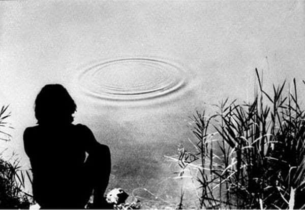 <em>Still</em> dal video <em>Tentativo di far formare dei quadrati invece che dei cerchi intorno a un sasso che cade nell'acqua</em>, Gino De Dominicis, b/n, sonoro, 1970. L'opera è stata prodotta da Gerry Schum in pellicola e poi traferita su nastro magnetico ai fini della trasmissione durante la mostra <em>Gennaio '70</em>.