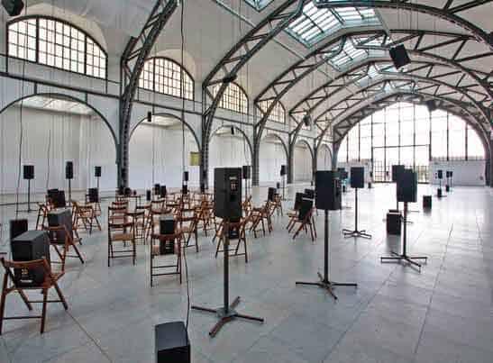 Janet Cardiff e George Bures Miller, <em>The murder of Crows</em>, 2008. foto di Roman März. Visione laterale dell'installazione presso l'<em>Hamburger Bahnhof</em> di Berlino, 2008.