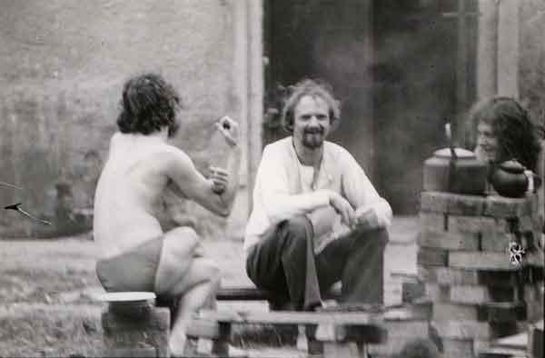 Jerzy Grotowski, Antoni Jahołkowski e Wiesław Hoszowski in Brzezinka, primi anni Settanta. Foto di Andrzej Paluchiewicz.