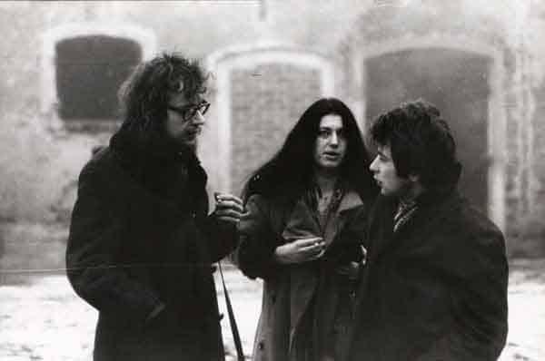 Jerzy Grotowski, Teresa Nawrot e Zbigniew Kozłowski in Brzezinka, primi anni Settanta. Foto di Andrzej Paluchiewicz.