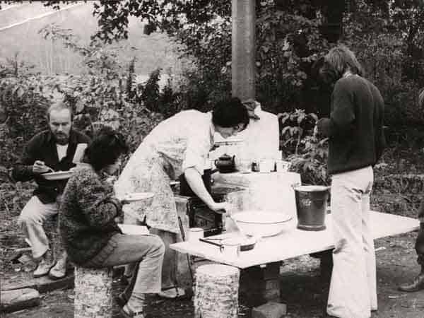 Zygmunt Molik, Elizabeth Albahaca, Teresa Nawrot, e persona non riconosciuta in Brzezinka, primi anni Settanta. Foto di Andrzej Paluchiewicz.