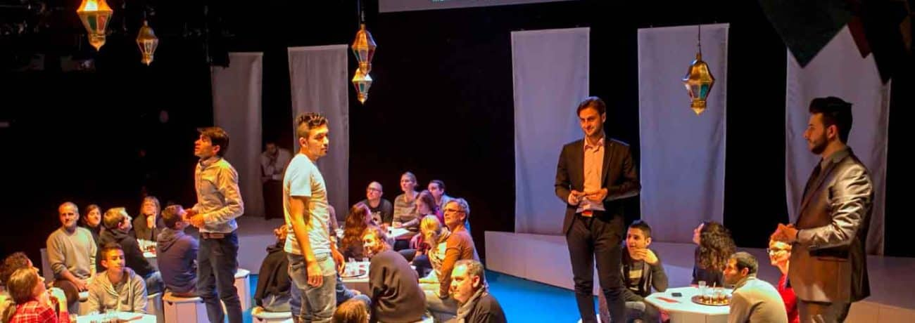 Morgenland, diretto da Miriam Tscholl. Teatro di Hildeberg, 12-02-2016. Nella foto: Ibrahim Mahamed Quadi, Sami Ramadan, Rouni Mustafa, Tarek Alsalloum, Ashraf Ayash e spettatori. Foto di David Baltzer.