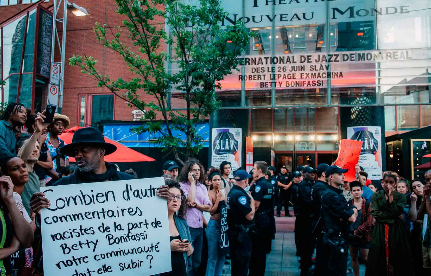 """Proteste contro SLAV, regia di Robert Lepage, luglio 2018. Foto di Valérian Mazataud """"Le Devoir""""."""