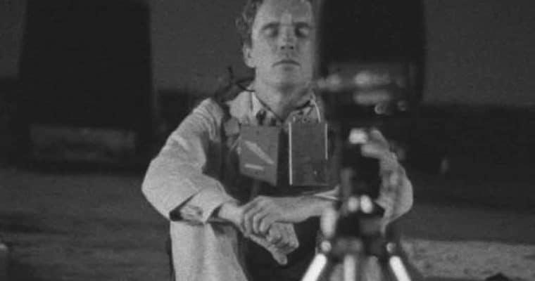 Alex Hay, «Grass Field» (1966), 13th e 22 Ottobre, 1966,69th Regiment Armory, New York, NY, nell'ambito della mostra 9 Evenings: Theatre & Engineering, 13-23, 1966. Immagine estratta dal film sulla mostra in 16 mm diretto da Alfons Schilling. Fondo Daniel Langlois Foundation, 9 Evenings: Theatre & Engineering. Per gentile concessione di Experiments in Art and Technology, e Daniel Langlois Foundation.