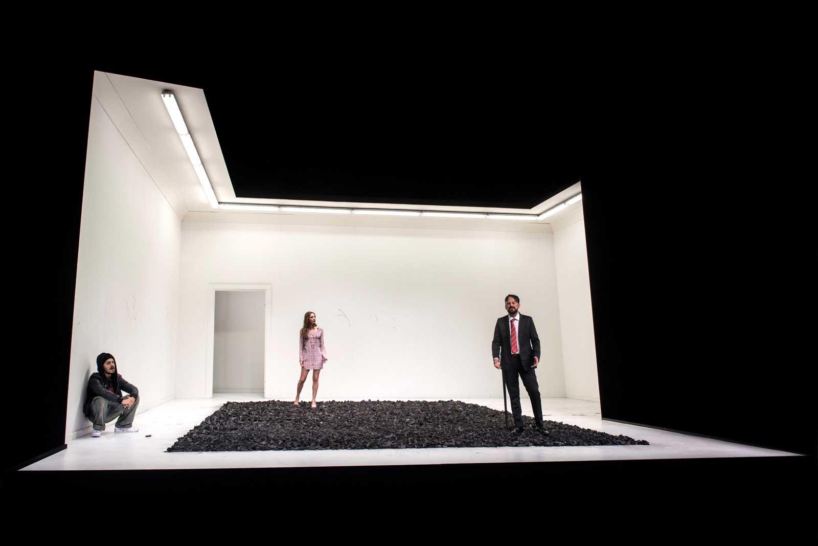 Ayad Akhtar, «Disgraced», regia di Martin Kušej, 2017. Teatro Carignano di Torino. Elia Tapognani, Anna Della Rosa, Paolo Pierobon.