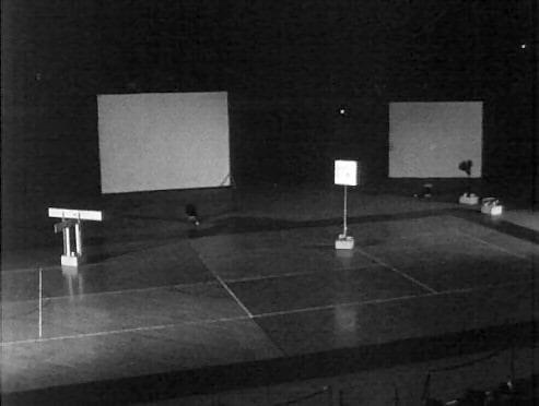 David Tudor, «Bandoneon! (a combine)», 14 e 18 Ottobre 1966, 69th Regiment Armory, New York, NY, nell'ambito della mostra «9 Evenings: Theatre & Engineering», 13-23, 1966. Immagine estratta dal film sulla mostra in 16 mm diretto da Alfons Schilling. Fondo Daniel Langlois Foundation, 9 Evenings: Theatre & Engineering. Per gentile concessione di Experiments in Art and Technology, e Daniel Langlois Foundation.