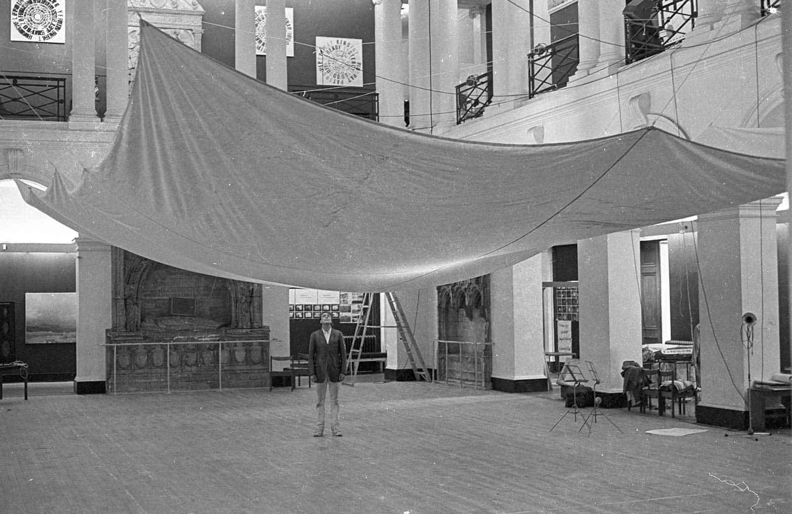 """Gunther Uecker sotto la sua scultura presso l'Edinburgh College of Art, con la sua installazione """"di stoffa"""" per la collaborazione con il compositore Friedhelm Dohl a «Sound-Scene» un """"concerto"""" di musica elettronica."""