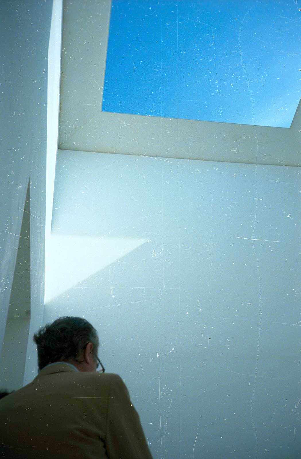 James Turrell. «Sky Space I, Varese».Varese. Edinburgh Arts 1977. Di spalle si vede Giuseppe Panza. Courtesy of Demarco European Art Foundation & Demarco Digital Archive, University of Dundee.