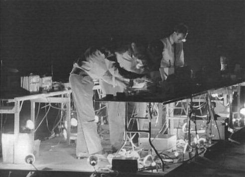 John Cage, «Variations VII» (1966), 15 e 16 Ottobre, 69th Regiment Armory, New York, NY, nell'ambito della mostra 9 Evenings: Theatre & Engineering, 13-23, 1966. Immagine estratta dal film sulla mostra in 16 mm diretto da Alfons Schilling. Fondo Daniel Langlois Foundation, 9 Evenings: Theatre & Engineering. Per gentile concessione di Experiments in Art and Technology, e Daniel Langlois Foundation.