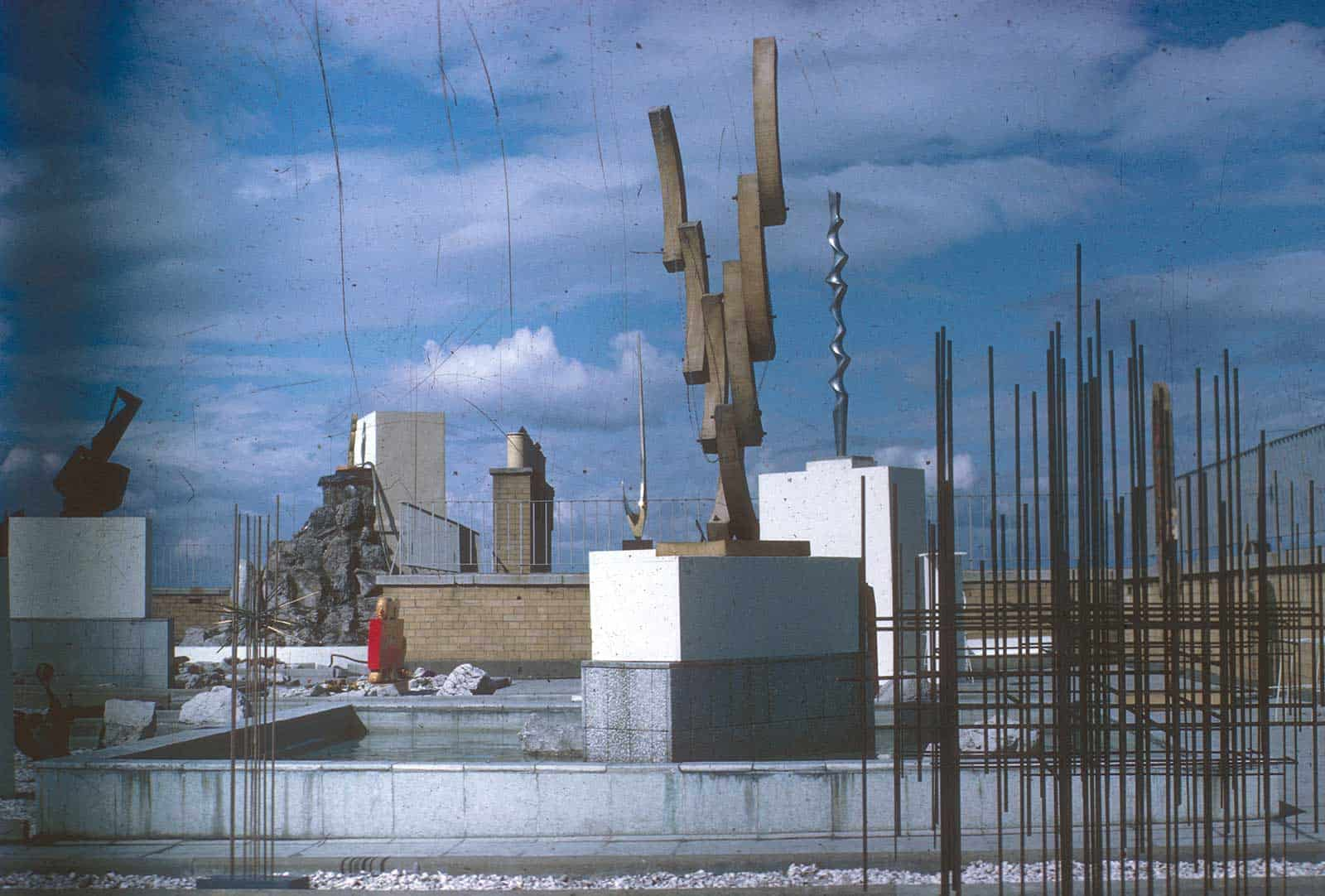Richard Demarco, «Open Air Sculpture», 1967. Nella foto si vede il lavoro di Denis Mitchell, Edgar Negret e Julian Snelling. Courtesy of Demarco European Art Foundation & Demarco Digital Archive, University of Dundee