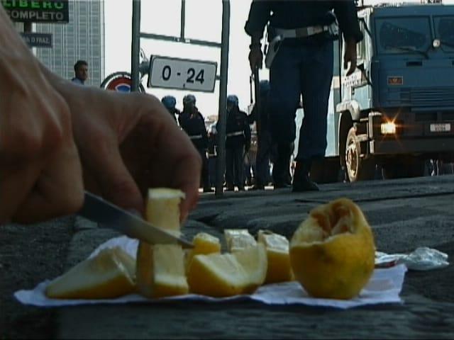 Frame da «SOLO Limoni», video, 2001. Archivio Giacomo Verde