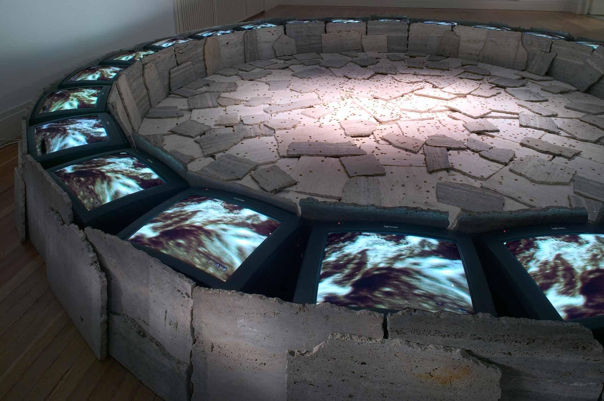 Fabrizio Plessi, «Roma», Martin-Gropius-Bau, Berlino, 2004 (rivisitazione dell'installazione originalmente realizzata presso Documenta 8, Kassel, 1987). Archivio Plessi.