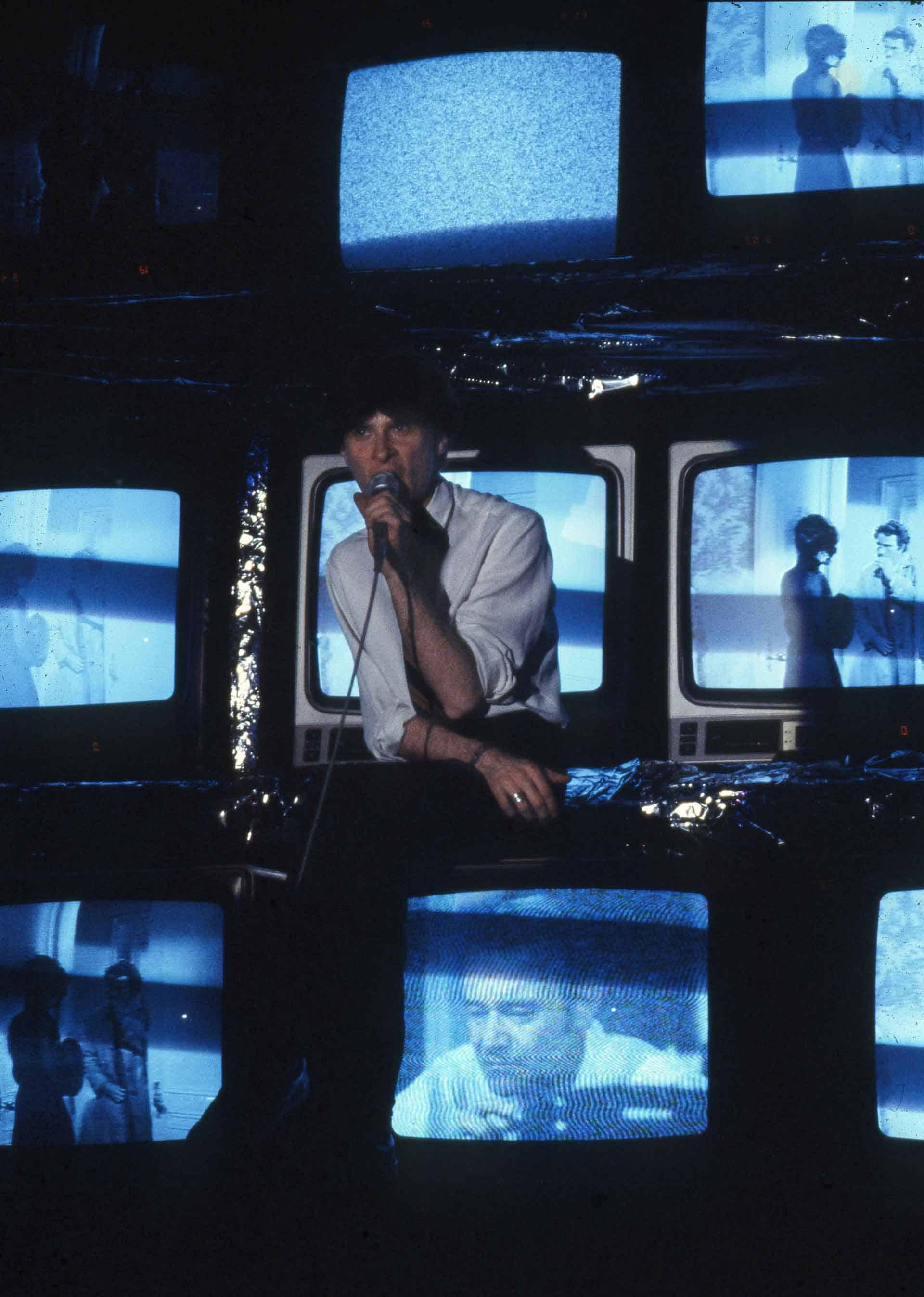 Grabinksy, «Tape Show», scenografia per una performance del gruppo Stupid Set, IV Settimana internazionale della performance, Bologna, 1980. Produttore: Italian Records. Arvhivio Oderso Rubini.