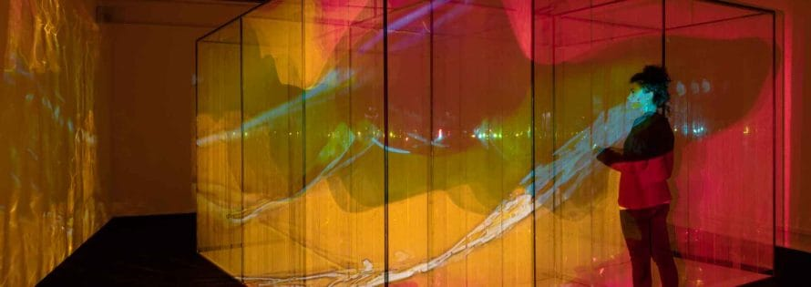Marinella Pirelli, «Film Ambiente», 1968-69 (versione 2004), ferro, acciaio, legno, materiale plastico, immagini in movimento, suono. Veduta dell'installazione presso la mostra «Luce Movimento. Il Cinema Sperimentale di Marinella Pirelli», Museo del Novecento, Milano. Foto Lorenzo Palmieri, Courtesy Archivio Marinella Pirelli.