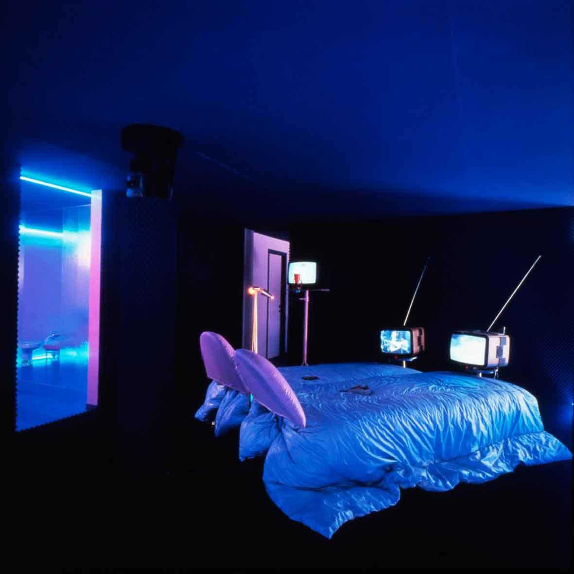 Ugo La Pietra (con Gianfranco Bettetini e Aldo Grasso), «La Casa telematica: toeletta e camera da letto», installazione, Fiera di Milano, 1983. Archivio Ugo La Pietra.