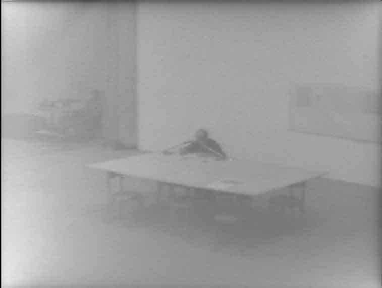 Frame dal video di documentazione della performance «Elisabetta d'Inghilterra» di Vincenzo Agnetti, XVII Esposizione Internazionale d'Arte, Biennale di Venezia (1976). Courtesy Collezione privata Cardazzo, Venezia.