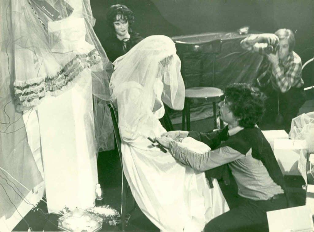 Giuseppe Desiato, performance Milano, 1974, Archivio Pari e Dispari.
