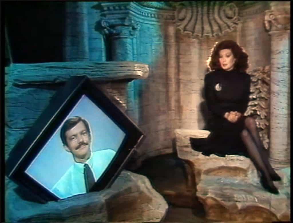 Ranuccio Sodi, un'inquadratura di Immagina con la scenografia di Fabrizio Plessi riadattata per ospitare il mezzo busto di Omar Calabrese, 1987.