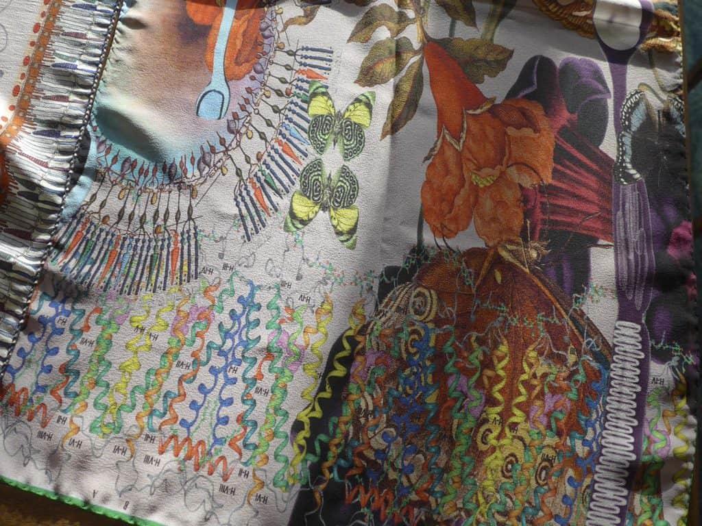 La retina umana nel disegno di un tessuto. Un foulard di seta che incorpora strutture retiniche insieme alla bellezza della natura così come si presenta vista dall'occhio (© Martin Leuthold, Jakob Schlaepfer Textiles, Svizzera).