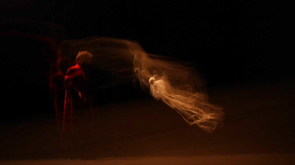 Le Soir des Monstres, 2013, spettacolo di Magie nouvelle di Étienne Saglio, disegno luci Elsa Revol, foto Vassil Taveski.