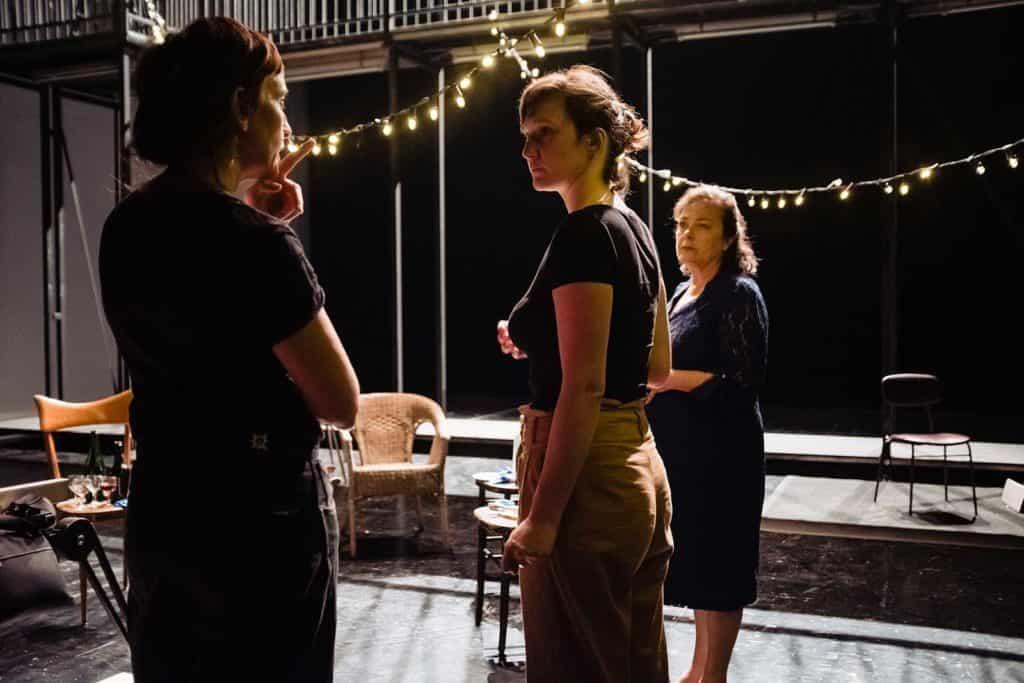 MUM, I'M SORRY (2017), backstage. Nella foto, da sinistra Stefania Bona, Irene Dionisio, Orietta Notari. Foto di Luigi De Palma.
