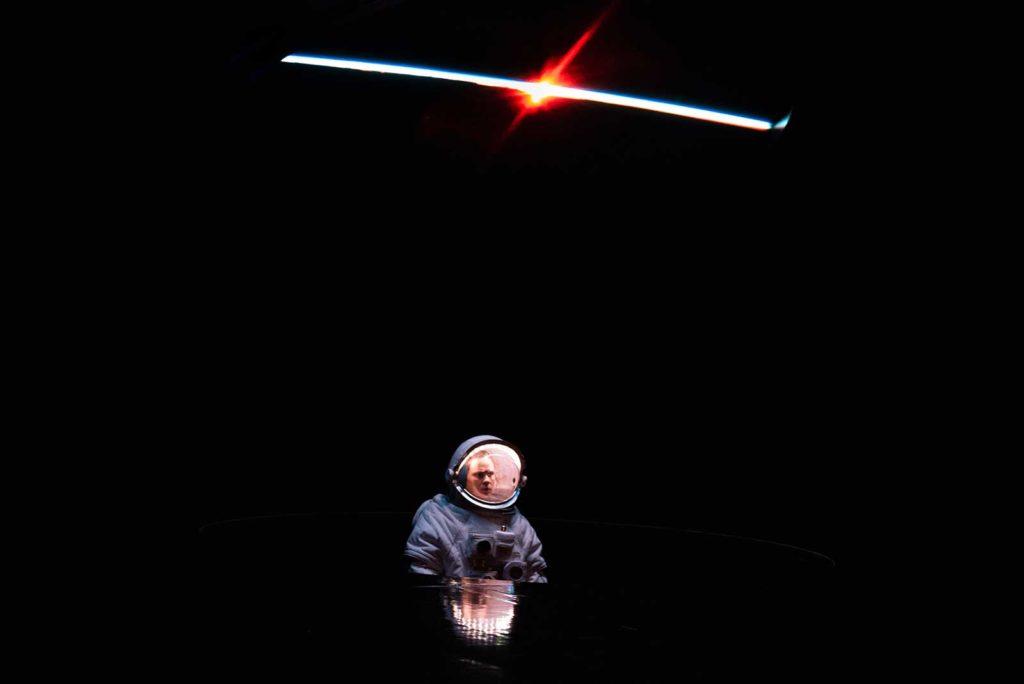 <em>Solaris</em> regia Andrea De Rosa, luci e fotografia Pasquale Mari, 2021: Kris Kelvin (Federica Rosellini), foto Federico Pitto.