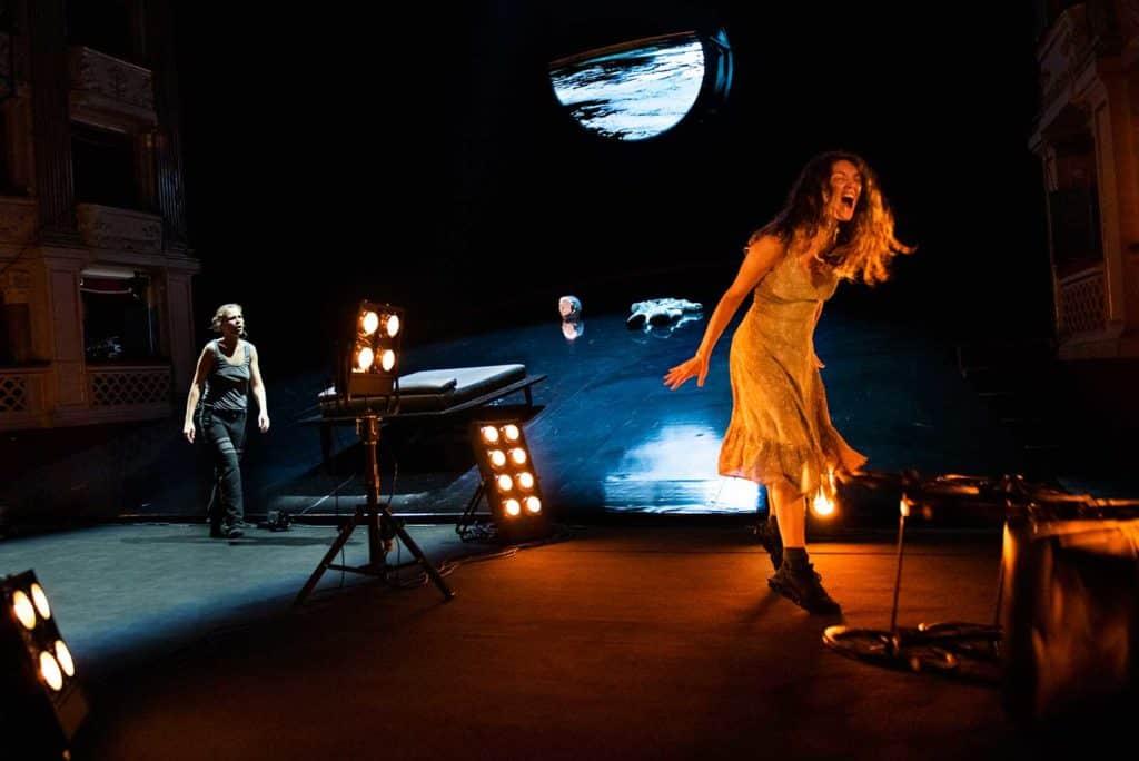 <em>Solaris</em> regia Andrea De Rosa, luci e fotografia Pasquale Mari, 2021. Ray (Giulia Mazzarino) e Kelvin (Federica Rosellini), foto Federico Pitto.