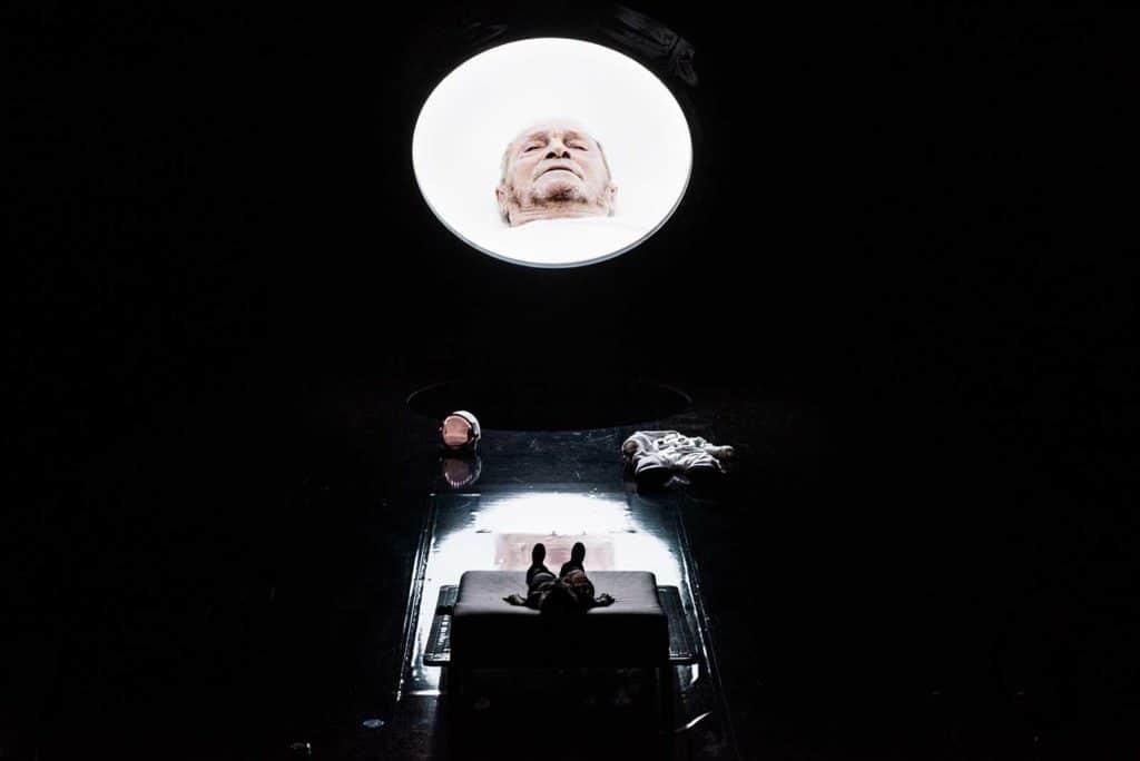 <em>Solaris</em> regia Andrea De Rosa, luci e fotografia Pasquale Mari, 2021. Kelvin (Federica Rosellini), Gibarian (Umberto Orsini), in video; foto Federico Pitto.