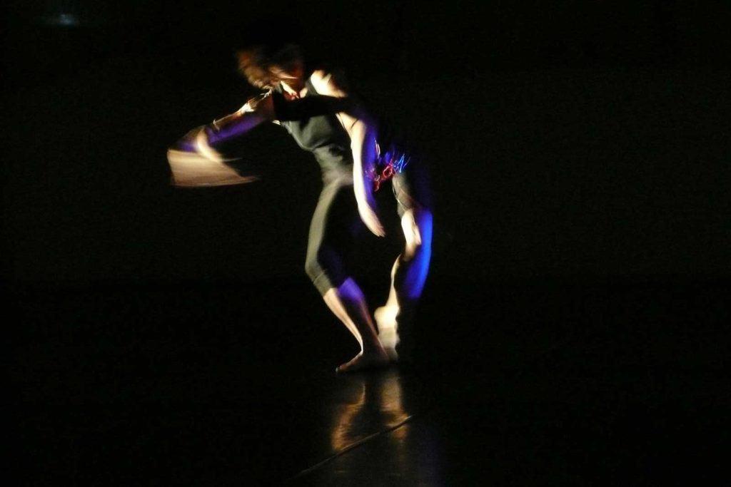 <em>Standing Waves</em> (Onde in piedi): Un danzatore nella luce. Ibidem (2010). Performer: C. Brown; A. Niemetz, media artist. Massey University NZ (2010). Performer: C. Brown; A. Niemetz, media artist. Foto Anna Wirz-Justice.