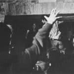 Living Theatre. Paradise Now. 1968. Ouvrez les portes; tra Julian Beck e il pubblico le sbarre del teatro Vilar. Foto di Carla Cerati, Roma. Pubblicata in «Sipario», n 268-269, Agosto-Settembre, 1968.