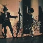 Cuori strappati. La Gaia Scienza. 1983. Incontrandosi come delle marionette meccaniche Marco e Alessandra si sfiorano, si toccano in un crepitio di suoni metallici. © Foto di Maria Causati, Pubblicata in «Frigidaire», n°32-33, luglio-agosto, 1983.