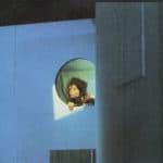 Cuori strappati. La Gaia Scienza. 1983. Su una parete s'apre all'improvviso un'ennesima botola, una finestra. Si affaccia Irene. © Foto di Maria Causati, Pubblicata in «Frigidaire», n°32-33, luglio-agosto, 1983.