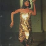 Cuori strappati. La Gaia Scienza. 1983. Oro. Alessandra si muove e ne sparge nell'aria. Come Mida, anch'ella rende oro ciò che tocca. Sotto, seducente, l'oud, un antico arco persiano. © Foto di Maria Causati, Pubblicata in «Frigidaire», n°32-33, luglio-agosto, 1983.