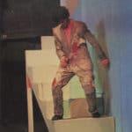 Cuori strappati. La Gaia Scienza. 1983. Da una scala scivola giù Marco, come un lebbroso. Il suo vestito cade a pezzi, sembrano brandelli di carne che lui continua crudelmente a strappare. © Foto di Maria Causati, Pubblicata in «Frigidaire», n°32-33, luglio-agosto, 1983.