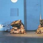 Cuori strappati. La Gaia Scienza. 1983. Un salotto buono. Poltrone e tavolini. Sono dei costumi-sculture. seguendo i suoni languidi di Winston Tong incominciano a muoversi. Le poltrone animate agguantano morbosamente Alessandra e Irene. © Foto di Maria Causati, Pubblicata in «Frigidaire», n°32-33, luglio-agosto, 1983.