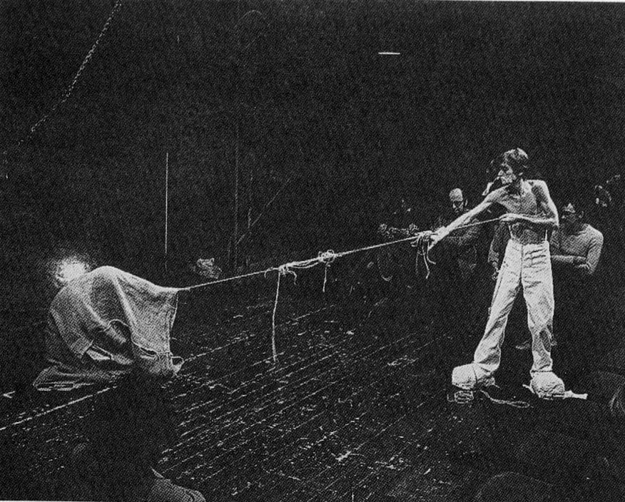 Claudio Remondi e Riccardo Caporossi, Sacco, 1974, Caporossi, tirando la corda sembra strappare al Sacco il passsato e i ricordi
