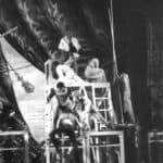 Orlando furioso. Luca Ronconi. 1969. Sequenza 12. BATTAGLIA di PARIGI. In cima al praticabile-città Graziano Giusti (Carlo Magno) si difende del nemico; Emilio Bonucci (Soldato saracino) muove invece all'attacco. Foto di De Furia.