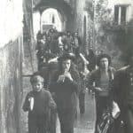 Giuliano Scabia. Il Gorilla Quadrumàno. 1974. Attraversamento di Morro Reatino per chiamare gli abitanti alla rappresentazione. Foto di Amanzio Fiorini di Nismossa.