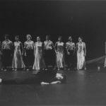 Compagnia di Carolyn Carlson in «Still Waters (Wood, Light and Stones)». Foto Birgit, Parigi. Pubblicata in Elisa Vaccarino, 'Altre scene, altre danze', Einaudi editore, Torino 1991.