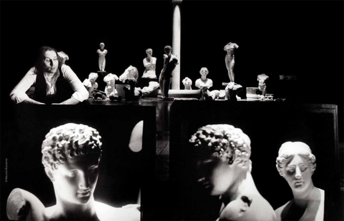 Studio Azzurro. Delfi (studio per suono, voce, video e buio). 1990. Foto di Maurizio Buscarino. Pubblicata in N. Pittaluga e V. Valentini, a cura di, «Studio Azzurro. Teatro», Contrasto, 2012.