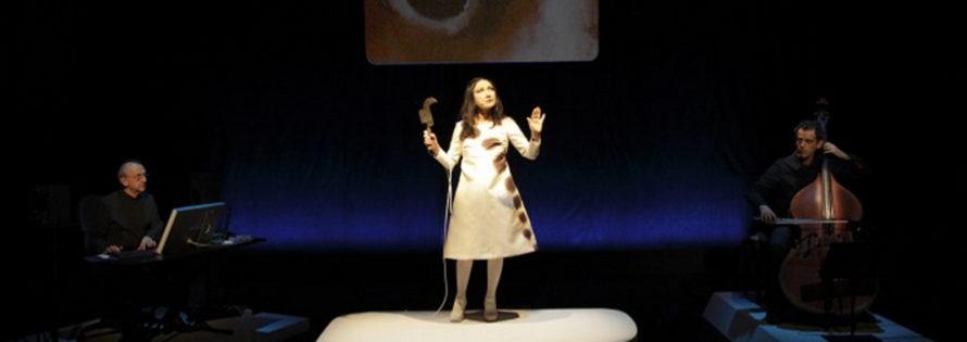 Teatro delle Albe, Lus (2015), nella foto Luigi Ceccarelli, Ermanna Montanari, Daniele Roccato, foto di Luca Del Pia 2015, pubblicata in www.archivio.teatrodellealbe.com