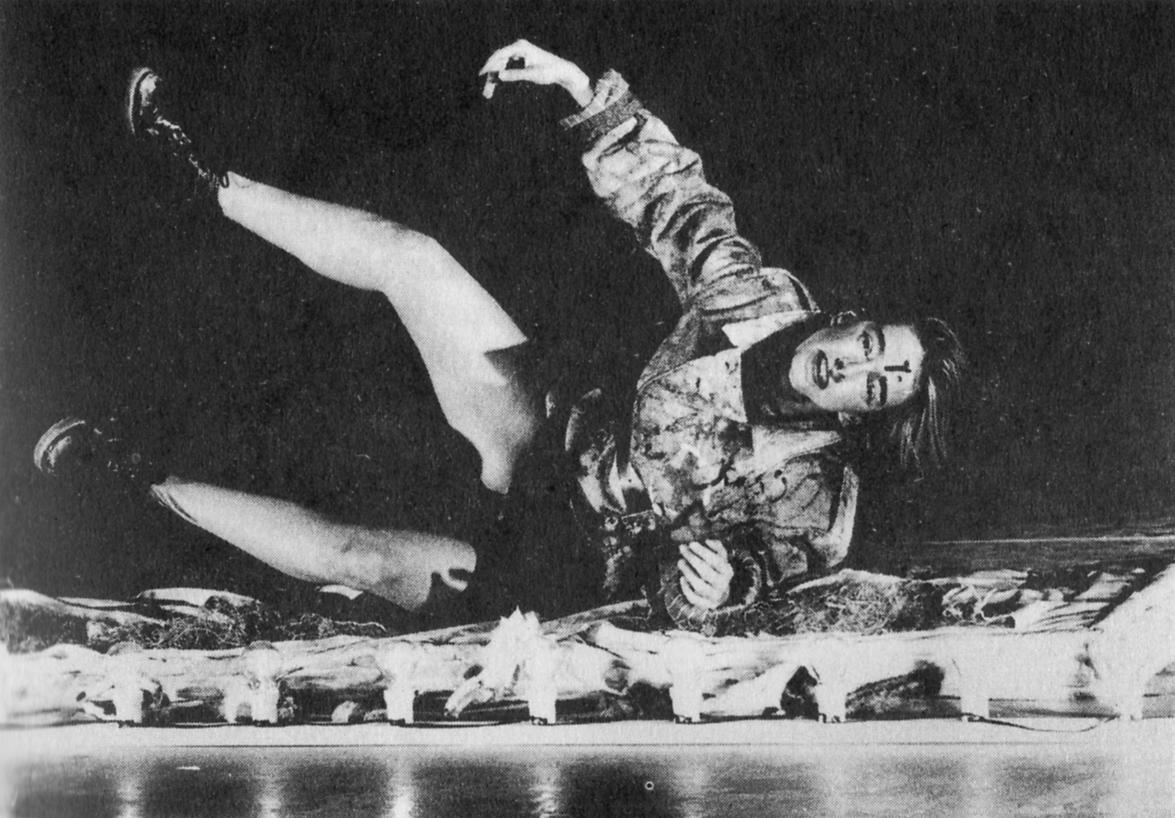 Nei leoni e nei lupi. Teatro Valdoca. 1997. Silvia Lodi. Foto di Claudio Longo.Pubblicata in S. Chinziari, P. Ruffini, 'Nuova scena Italiana', Castelvecchi, 2000.