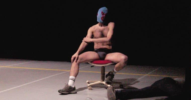 Kinkaleri. I Cenci/Spettacolo. 2004. Marco Mazzoni ovvero l'uomo mascherato, seduto, seminudo, col volto coperto © Foto Monica Maggio.